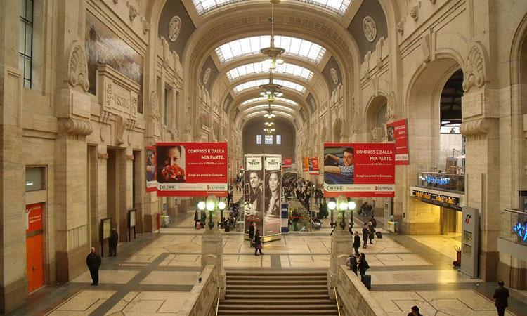 يوجد هنا الكثير من المحلات و الكشكات و المطاعم، تجول بها قبل ذهابك الى القطار