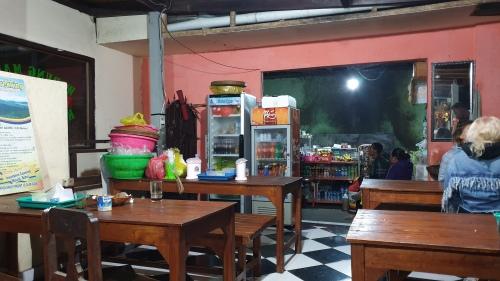 للأسف لم استطع التصوير في الخارج لعتمة الظلام، كان هذا المطعم المتواضع جدا في منتصف الطريق، توقفنا فيه لأخذ سناكس و مشروبات ساخنه. كانت فرصه لطيفه للحديث مع الاخرين في القروب