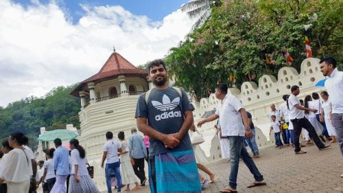 ملامحي الجنوب شرق اسيويه جعلتني اندمج بسهوله في هذا المعبد بسريلانكا